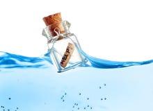 Botella con el mensaje de la ayuda Imagen de archivo libre de regalías