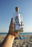 botella 2016 con el mensaje del Año Nuevo a mano Fotos de archivo