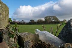 Botella con el paisaje irlandés Imagen de archivo libre de regalías
