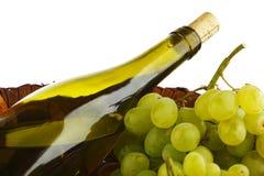 Botella con el vino blanco y las uvas Fotos de archivo libres de regalías