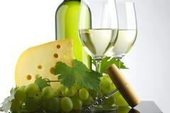 Botella con el vino blanco y vidrio y uvas Imágenes de archivo libres de regalías