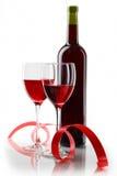 Botella con el vino rojo y el vidrio Imagen de archivo