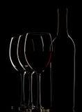 Botella con el vino rojo y el vidrio Imágenes de archivo libres de regalías