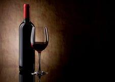 Botella con el vino rojo y vidrio y uvas Fotografía de archivo libre de regalías