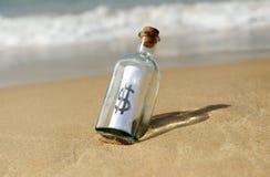 Botella con la muestra de dólar imagenes de archivo