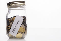 Botella con las monedas con la etiqueta de la pensión imagen de archivo
