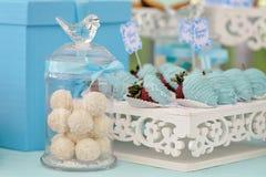 Botella con los caramelos redondos del coco Imagen de archivo libre de regalías