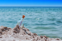 Botella con una nota Fotografía de archivo libre de regalías