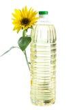 Botella de aceite de girasol con la flor aislada en blanco Imagen de archivo