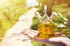 Botella de aceite de oliva fotos de archivo