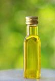 Botella de aceite de oliva. Imagenes de archivo