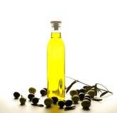 Botella de aceite de oliva con las aceitunas imagenes de archivo