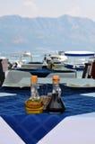 Botella de aceite de oliva y de vinagre balsámico italiano en tablecl azul imágenes de archivo libres de regalías