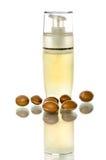Botella con el dispensador del aceite del argan Fotografía de archivo
