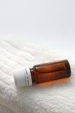 Botella de aceite del aroma en la toalla Fotos de archivo libres de regalías