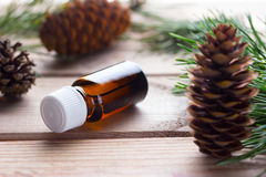 Botella de aceite esencial del pino Foto de archivo libre de regalías