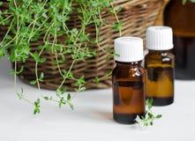 Botella de aceite esencial del tomillo Foto de archivo