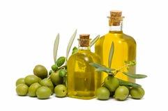 Botella de aceite y de aceitunas de oliva Fotos de archivo