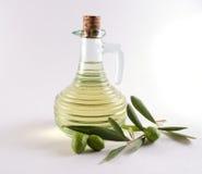 Botella de aceite y de aceitunas de oliva Imágenes de archivo libres de regalías