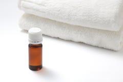 Botella de aceite y de toalla del aroma Foto de archivo libre de regalías