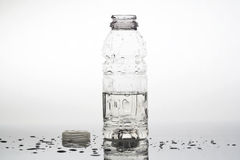 Botella de agua abierta imagenes de archivo