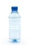 Botella de agua aislada en un fondo blanco Imagen de archivo libre de regalías