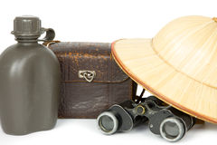 Botella de agua, bolso de la cámara, prismáticos y sombrero del safari Imagen de archivo