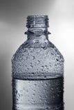 Botella de agua con gotas Imágenes de archivo libres de regalías