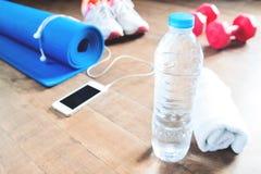 Botella de agua con los accesorios de la toalla y de la aptitud para la mujer Fotografía de archivo libre de regalías