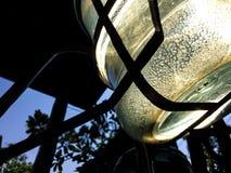 Botella de agua de consumici?n pl?stica azul grande en soporte de colada fotografía de archivo