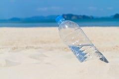Botella de agua de consumición Imagen de archivo