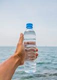 Botella de agua de consumición foto de archivo libre de regalías