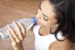 Botella de agua de consumición de la muchacha hispánica de la mujer de Latina imagen de archivo