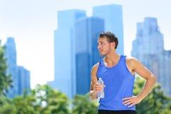 Botella de agua de consumición del hombre del deporte en New York City Imagen de archivo libre de regalías