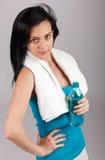Botella de agua de la explotación agrícola de la mujer joven Foto de archivo libre de regalías