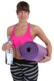 Botella de agua de la mujer de la aptitud de la estera de la gimnasia en el trai del entrenamiento de los deportes imágenes de archivo libres de regalías