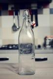Botella de agua del vintage con la cápsula Fotos de archivo