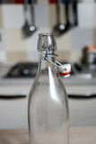 Botella de agua del vintage con la cápsula Imagenes de archivo