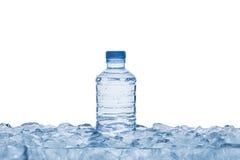 Botella de agua en el cubo de hielo Fotos de archivo