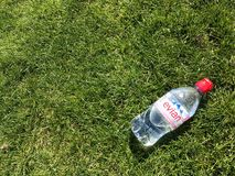Botella de agua en la hierba Imagen de archivo