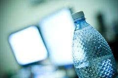 Botella de agua en la oficina Imágenes de archivo libres de regalías