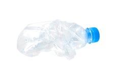 Botella de agua machacada arrugada en el fondo blanco Fotografía de archivo
