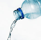 Botella de agua mineral a la gota pasada Fotos de archivo libres de regalías