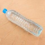 Botella de agua plástica. Imagen de archivo