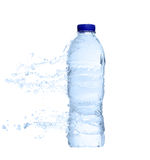 Botella de agua plástica no abierta con el chapoteo del agua Foto de archivo libre de regalías