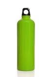 Botella de agua reutilizable verde aislada en blanco Imágenes de archivo libres de regalías