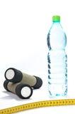 Botella de agua y de pesos foto de archivo libre de regalías
