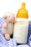 Botella de bebé con leche Imágenes de archivo libres de regalías