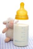 Botella de bebé con leche Foto de archivo