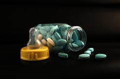 Botella de bebé por completo de píldoras Fotografía de archivo